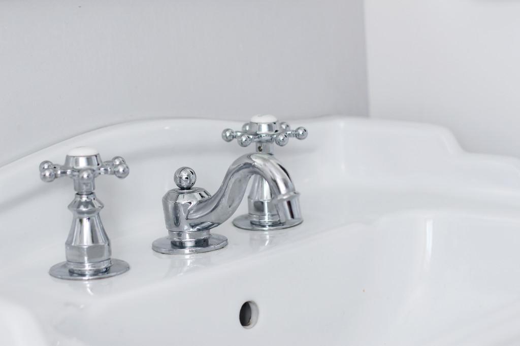 Classic modern hot cold sink facet fixture