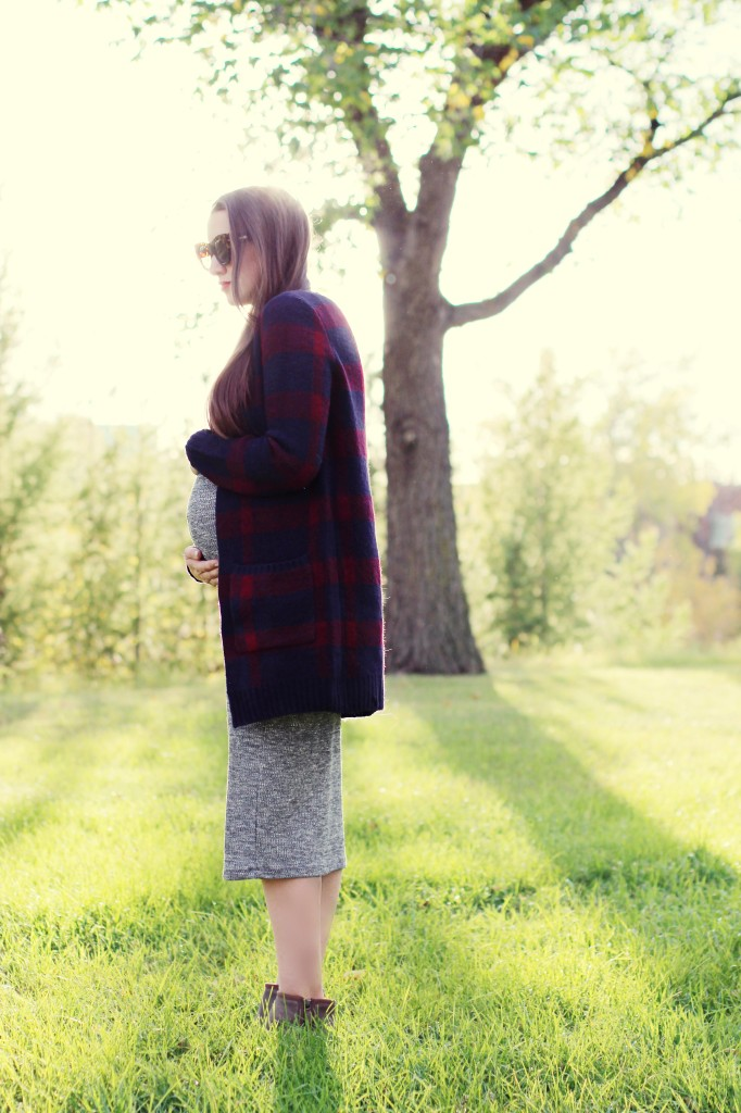 Pregnancy style fashion maternity fall plaid sweater cardigan maxi dress brown booties canadian blogger northern style Kira paran